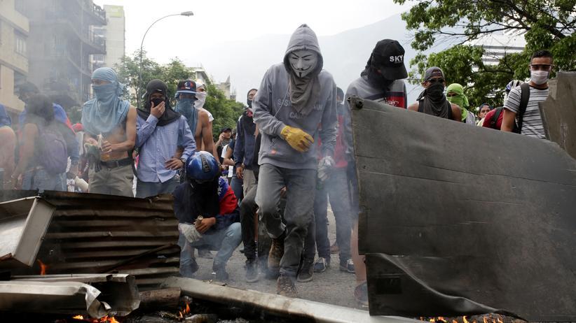 Venezuela: Oppositionelle Demonstranten errichten Barrikaden in Caracas, Venezuela.