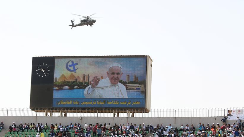 Papst Franziskus in Ägypten: Sicherheitsmaßnahmen trüben die Stimmung: Ein Militärhubschrauber kreist über dem Stadion in Kairo, in dem Papst Franziskus seine Messe hält.