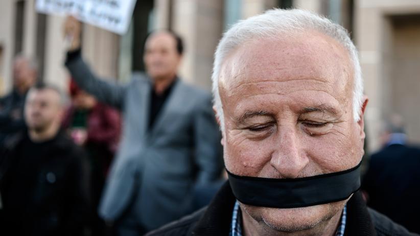 Studie des Europarates: Protest vor dem Prozess gegen den früheren Hürriyet-Chefredakteur Can Dündar am 1. April 2016 in Istanbul