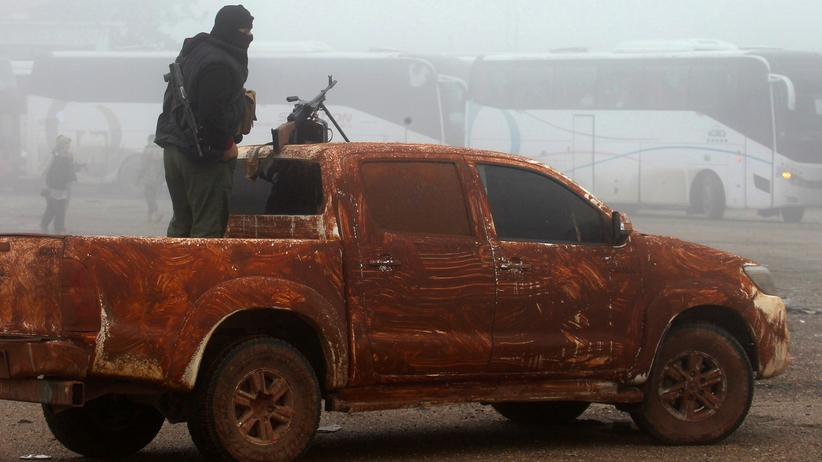 Syrien: In der Stadt Kafraja treffen Busse ein. Bewaffnete Rebellen überwachen die Evakuierung.