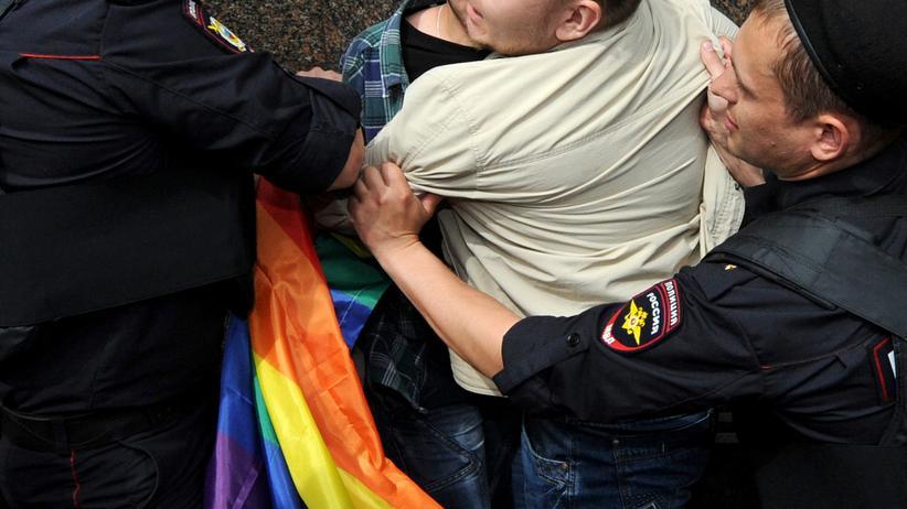 Tschetschenien: Polizisten nehmen in Moskau zwei Männer auf einer schwullesbischen Kundgebung fest. Im autonom regierten Tschetschenien müssen Schwule, Lesben, Bisexuelle, trans- und intergeschlechtliche Menschen Angst um ihr Leben haben.
