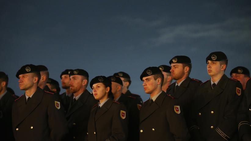 Bundeswehr: Gleiche Kleidung, gleiche Frisur, gleiche Mission - nirgenwo sonst spielt Konformität eine so große Rolle wie in der Bundeswehr.