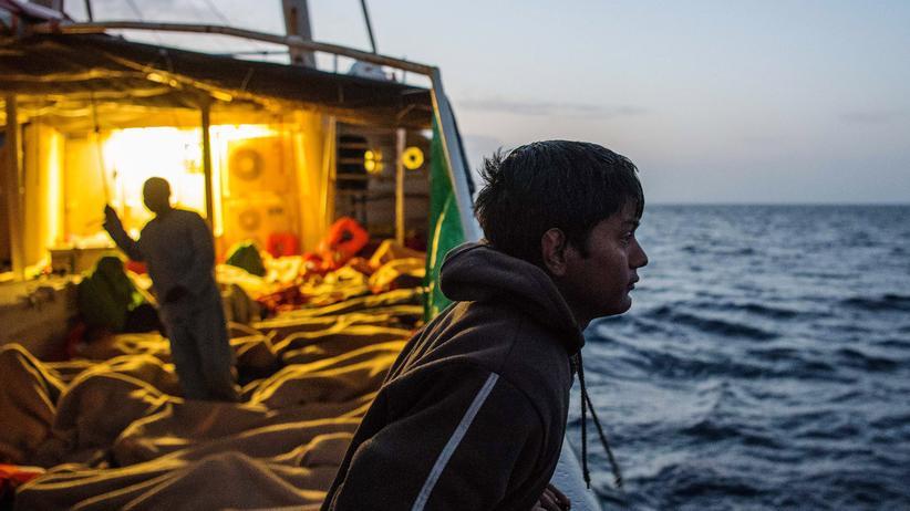 Mittelmeer: Flüchtlinge auf einem Schiff der italienischen Küstenwache, 46 Kilometer vor der libyschen Küste