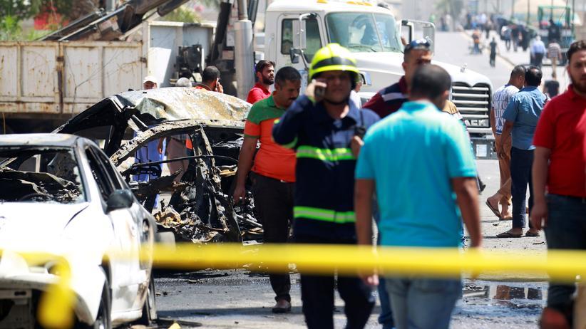 Irak: Autowrack nach der Explosion in Bagdads Einkaufsviertel Karrada