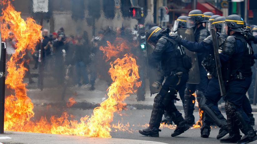 Frankreich: Polizisten wurden am Rande der Erster-Mai-Demonstration in Paris mit Molotowcocktails beschossen.