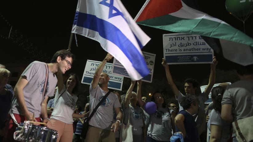 """Tel Aviv: """"50 Jahre sind genug, Frieden jetzt"""", steht auf den Schildern der Demonstranten, die in Tel Aviv für eine Freigabe der Palästinensergebiete protestiert haben."""