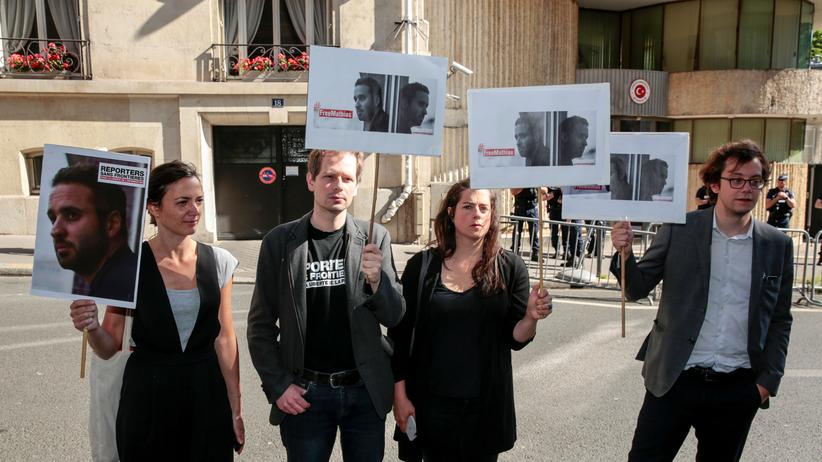 Türkei: Demonstration für die Freilassung von Mathias Depardon vor der türkischen Botschaft in Paris