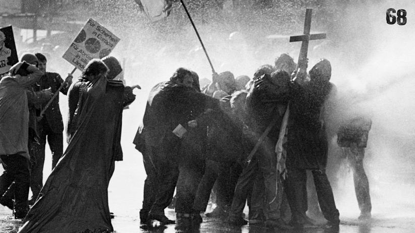 Wolfgang Kraushaar: Wasserwerfer-Einsatz gegen Demonstranten auf dem Berliner Kurfürstendamm im April 1968