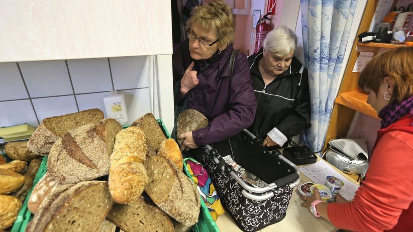 Lebenserwartung: Ältere Besucherinnen einer Tafel in Falkensee
