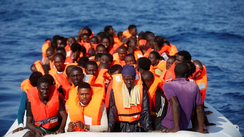 Flüchtlinge: Afrikanische Flüchtlinge bei einer Rettungsaktion im Mittelmeer im Oktober 2016