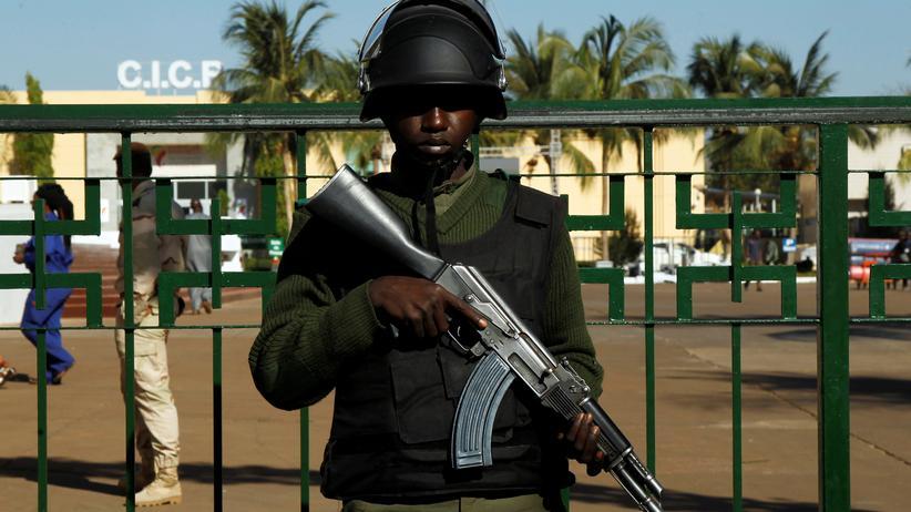 Mali: Ein malischer Soldat bewacht eine internationale Konferenz im Januar in Bamako.