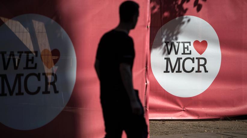 """Manchester: Am Albert Square von Manchester hängen Plakate mit der Aufschrift """"Wir lieben Manchester""""."""