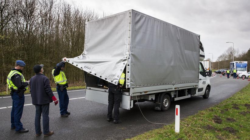Rumänien: Niederländische Polizisten untersuchen einen Lastwagen nahe der deutschen Grenze. (Archivbild)