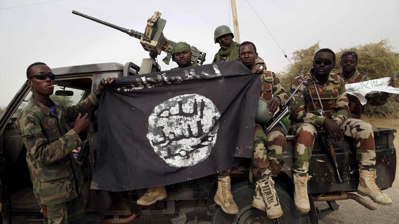 Nigeria: Nigerische Soldaten posieren mit einer Boko Haram-Flagge, die sie bei der Rückeroberung der Stadt Damasak beschlagnahmt haben (Archivfoto).