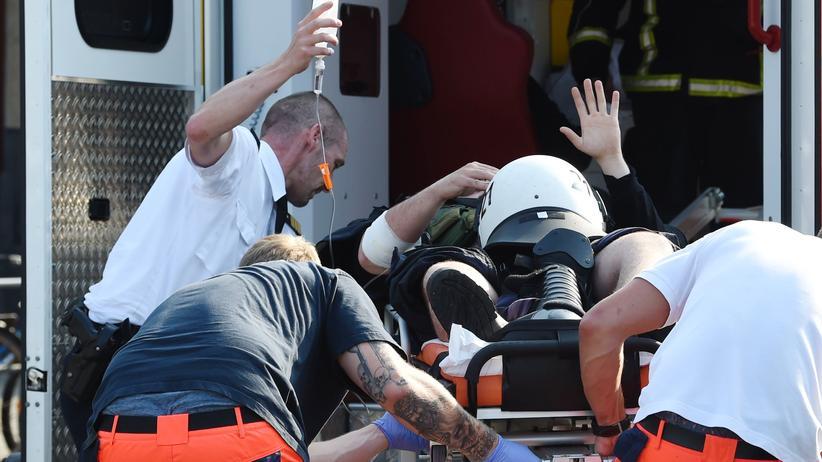 G20-Gipfel: Ein verletzter Polizist beim G20-Gipfel wird in einem Krankenwagen weggefahren.