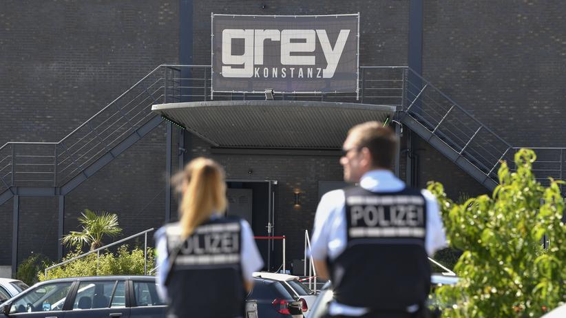 Konstanz: Polizisten stehen am Tag nach der Schießerei vor dem Club Grey in Konstanz.