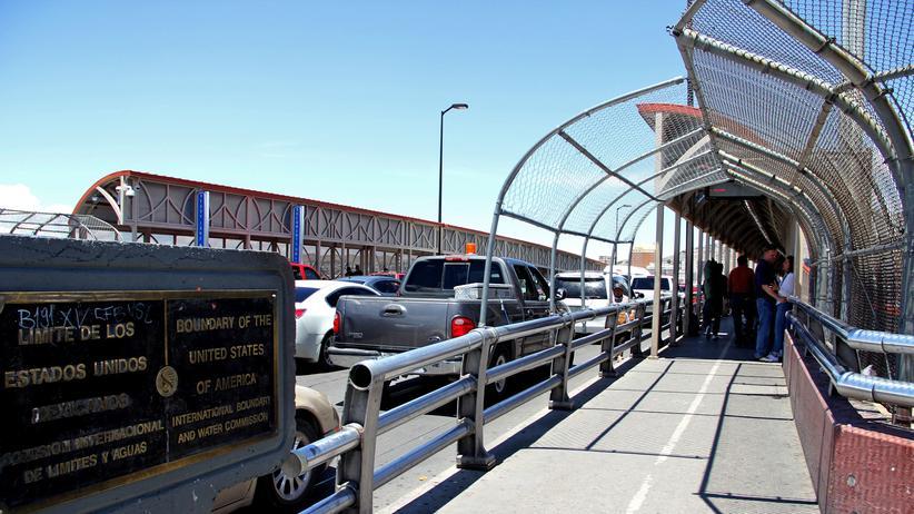 Mexiko: Autos warten auf der Paso del Norte Brücke, einem Grenzübergang zwischen Mexiko und den USA.