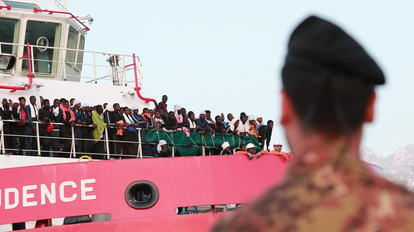 """Flüchtlinge: Migranten stehen auf dem Deck von dem Rettungsschiff von Ärzte ohne Grenzen, der """"Prudence""""."""
