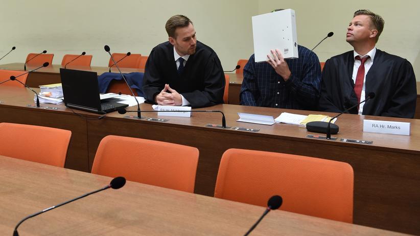 Amoklauf von München: Der Angeklagte im Prozess um den Münchner Amoklauf, Philipp K., zwischen seinen Anwälten David Mühlberger (links) und Sascha Marks