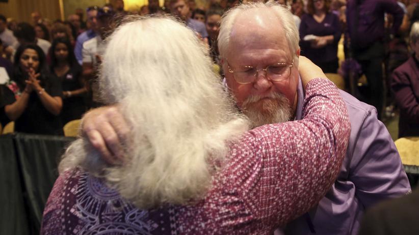 Charlottesville: Die Eltern von Heather Heyer, Susan Bro und Mark Heyer, bei der Trauerfeier für ihre Tochter in Charlottesville