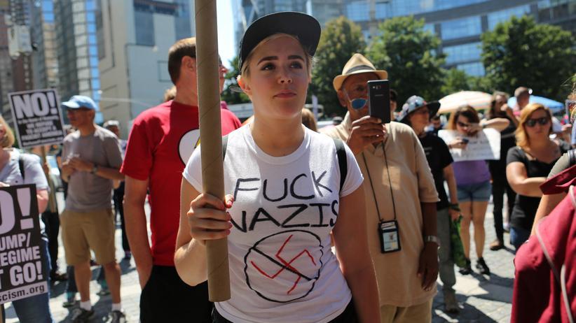 Charlottesville: Am Tag nach den Ausschreitungen in Charlottesville haben sich in New York City Menschen versammelt, um gegen rechte Gewalt zu protestieren.