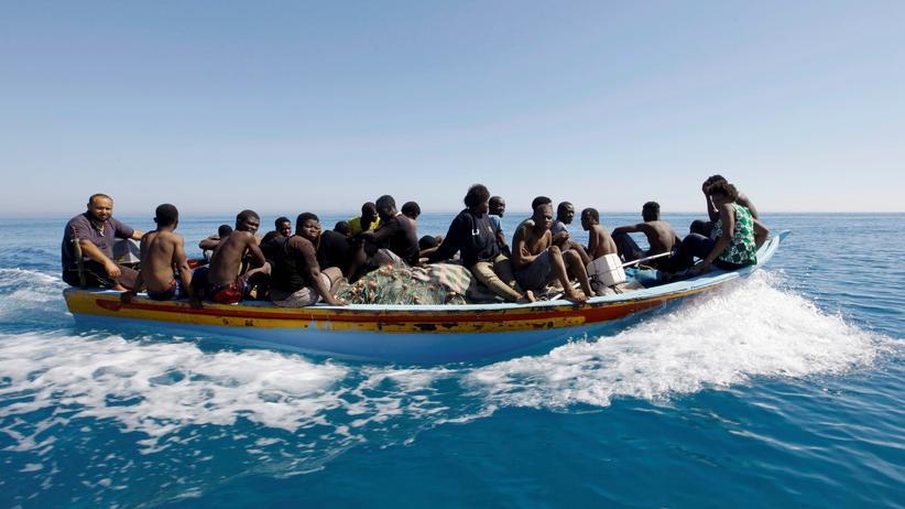 Zuwanderung: Flüchtlingsboot vor der Küste Libyens