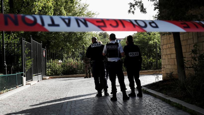 Levallois-Perret: In einem Vorort von Paris ist ein Attentäter in eine Gruppe Soldaten gefahren – Polizisten sperren den Tatort weiträumig ab.