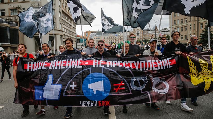 """Moskau: """"Unsere Meinung ist kein Verbrechen"""" steht auf dem Banner, mit dem Demonstranten durch Moskau ziehen."""