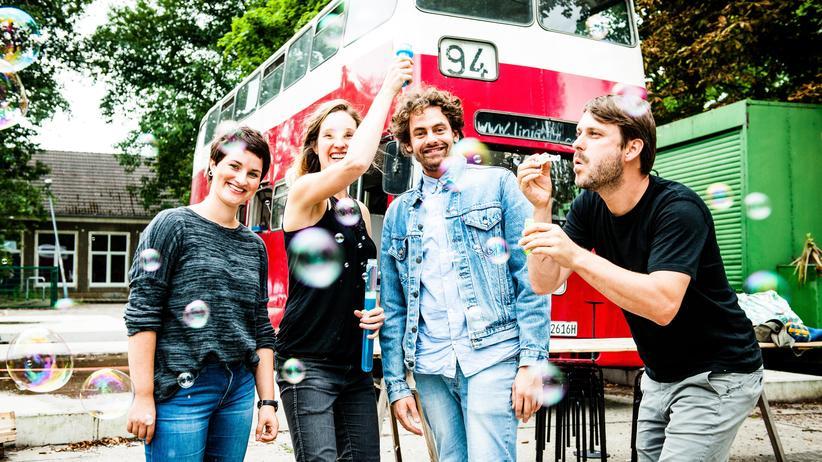 """Linker Protest: Mit dem """"Bus der Begegnungen"""" wollen Aktivisten durch Deutschland fahren und bei persönlichen Gesprächen Vorurteile abbauen."""