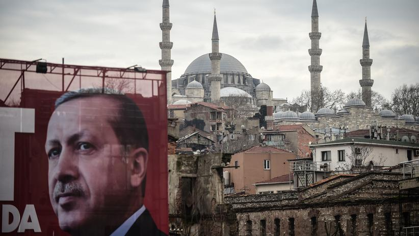 Bildung in der Türkei: Ein Erdoğan-Poster vor der Suleyman-Moschee in Istanbul