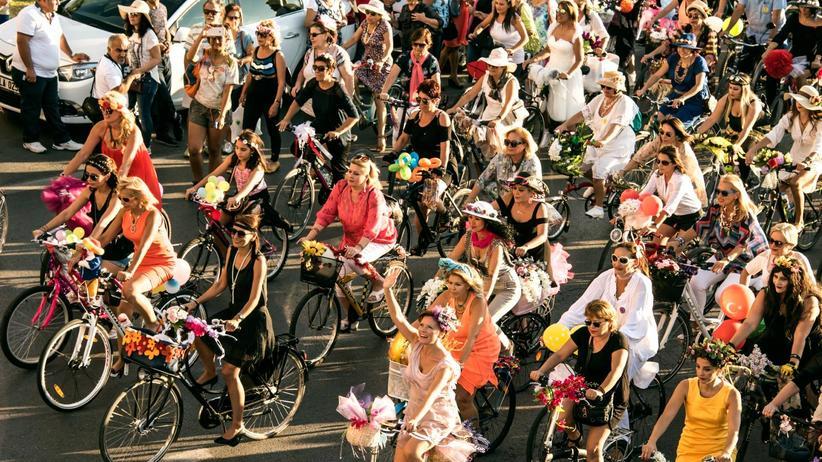"""""""Fancy Women Bike Ride"""": Der """"Fancy Women Bike Ride"""" startete 2013 in Izmir. Damals nahmen 200 Türkinnen daran teil. Heute sind es 3.000."""