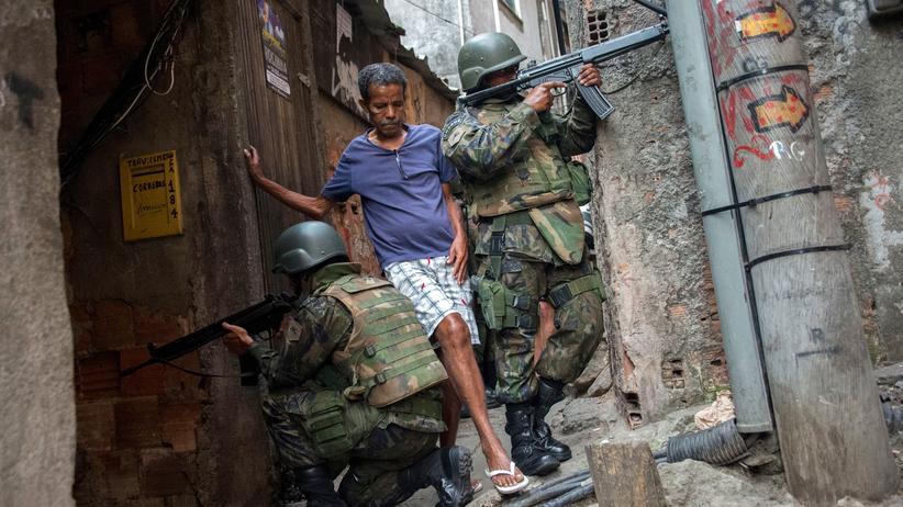 Soldaten in der Favela