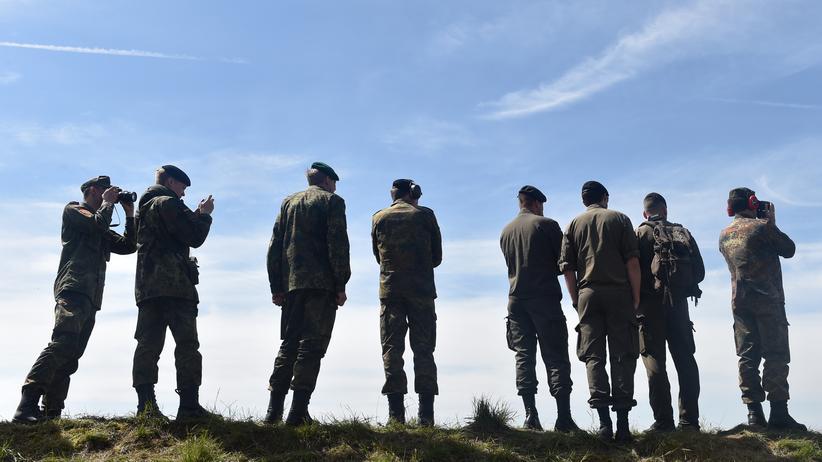 Bundeswehr: Bestätigt sich ein Verdacht auf die rechtsextreme Gesinnung eines Soldaten, kann das disziplinarische, strafrechtliche und laufbahnrechtliche Folgen bis zur Entlassung haben.
