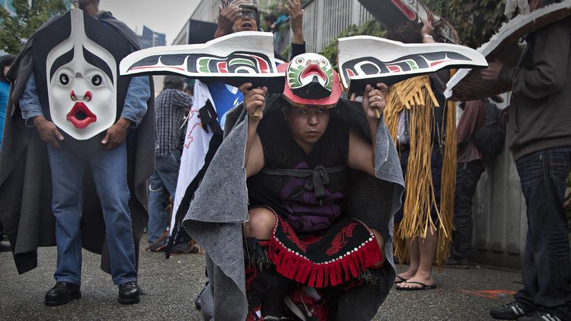Zwangsadoptionen: Indigene tragen traditionelle Masken bei dem Wahrheits- und Versöhnungsmarsch in Vancouver.