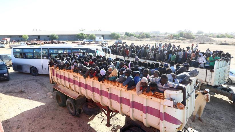 Libyen: Afrikanische Migranten in der libyschen Hafenstadt Sabratha. Sie wurden vor den Kämpfen in der Stadt in Sicherheit gebracht. Andere wurden in Lagern festgehalten.