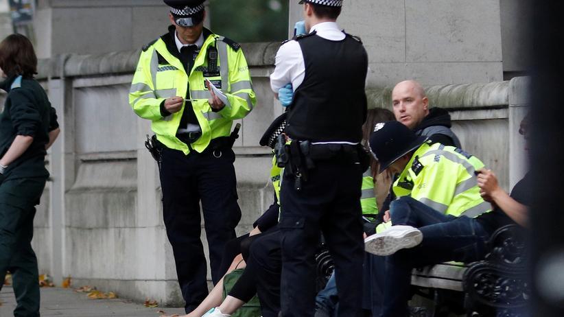 London Polizisten am Unfallort nahe dem Natural History Museums im Londoner Stadtteil Kensington