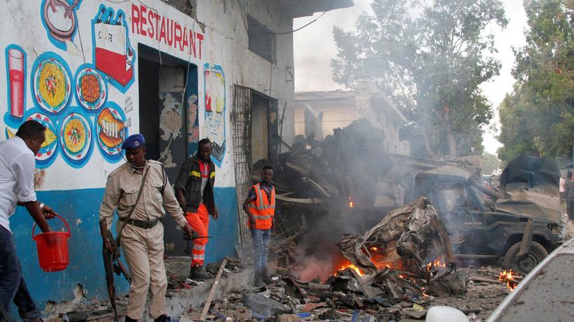 Mogadischu: Somalische Sicherheitskräfte sichern den Ort, an dem zuvor eine Autobombe detoniert war.