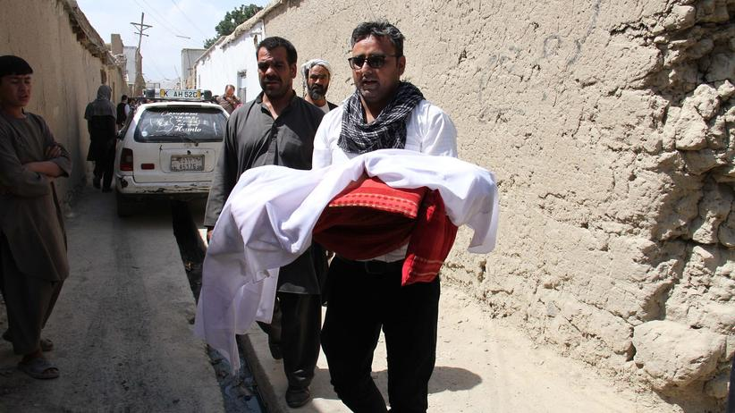 Vereinte Nationen: Ein Mann trägt im Juli 2017 in Kabul (Afghanistan) ein bei einem Raketenangriff getötetes Kind.