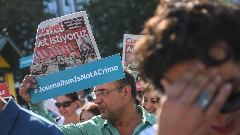Türkei: Journalisten demonstrieren in Istanbul für inhaftierte und angeklagte Kollegen