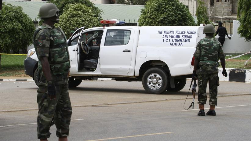 Nigeria: Soldaten nach einem Selbstmordanschlag auf ein Polizeigebäude in der nigerianischen Hauptstadt Abuja im Jahr 2011.