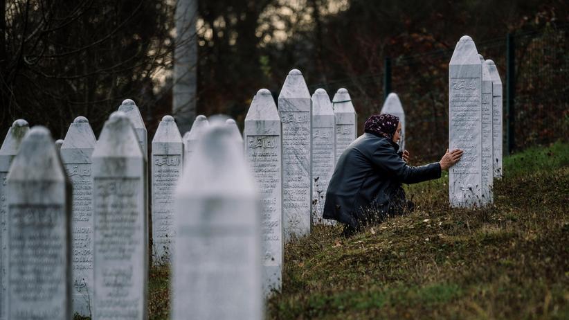 Srebrenica-Massaker: Beten für die Opfer des Massakers von Srebrenica: eine bosnische Frau am Grab eines Angehörigen an der Gedenkstätte in Potočari