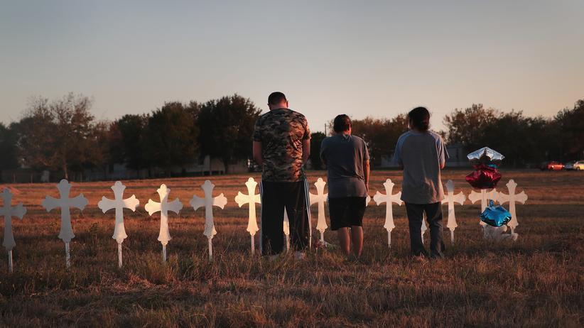 Texas: Der Schütze hätte sich nach einer Verurteilung 2012 vor einem Militärgericht eigentlich keine Waffen mehr kaufen dürfen. Offenbar meldete die US-Luftwaffe dies nicht dem FBI.