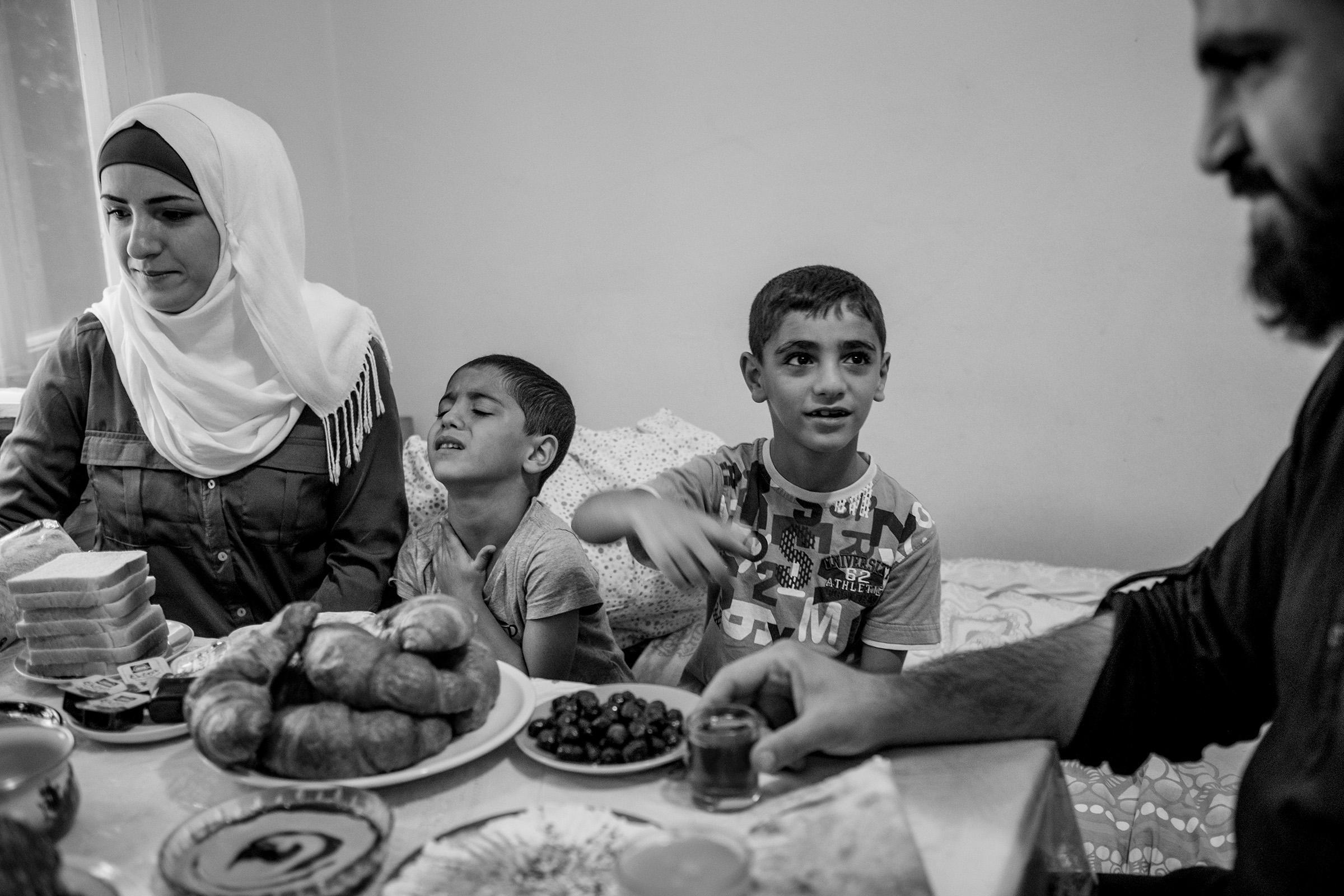 fluechtlinge-syrien-berlin-asyl-integration-esstisch