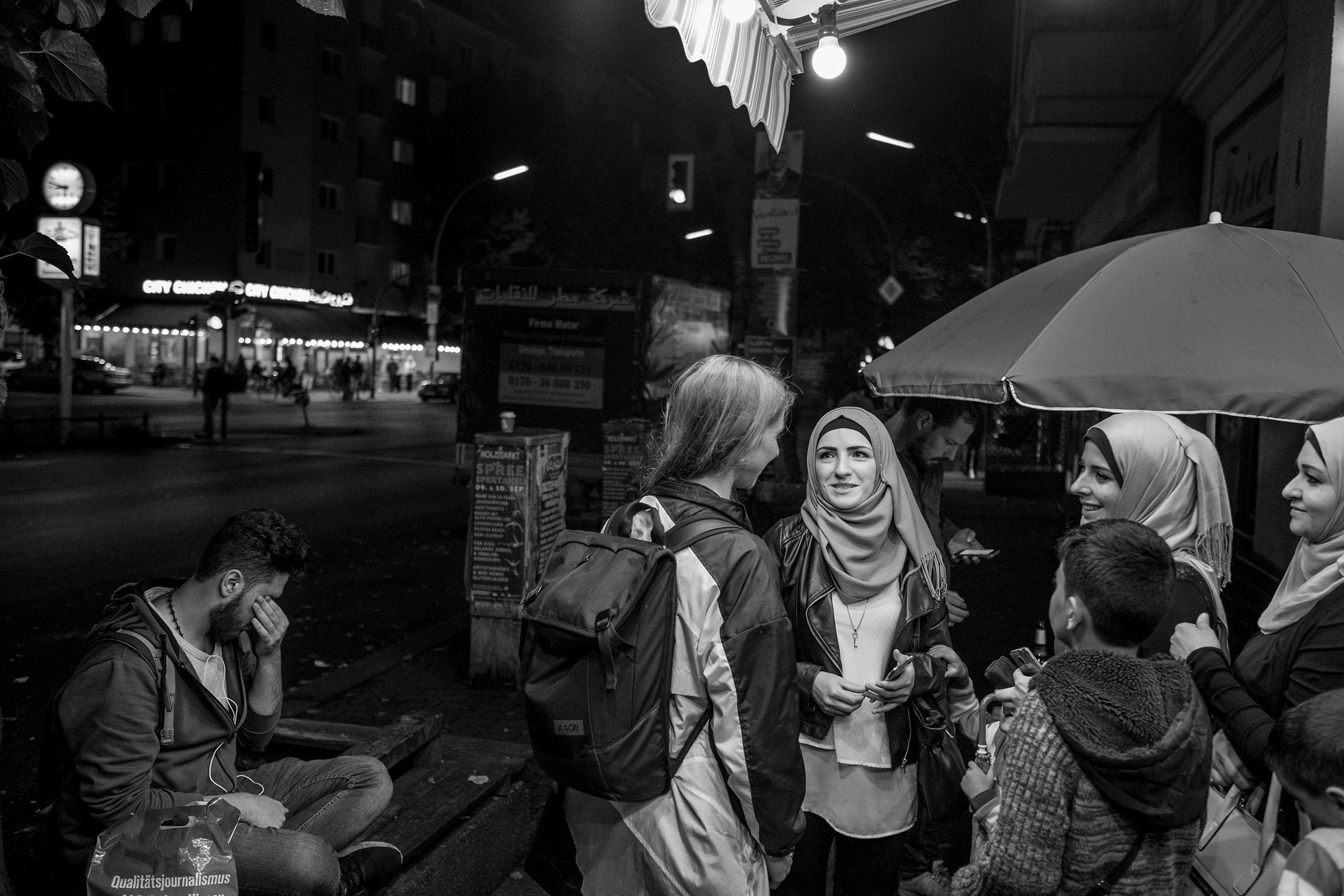 fluechtlinge-syrien-berlin-asyl-integration-gespraech