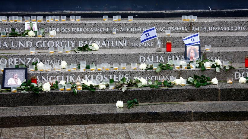 Anschlag am Breitscheidplatz: Kerzen und Blumen erinnern an die Opfer des Anschlags am Breitscheidplatz vor gut einem Jahr.