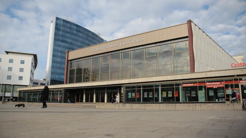 Cottbus: Der Vorplatz der Stadthalle Cottbus