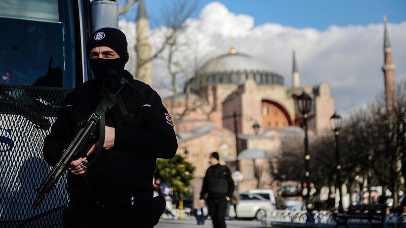 Istanbul: Ein türkischer Polizist vor der Hagia Sophia in Istanbul, wo im Januar 2016 zwölf Menschen getötet wurden.