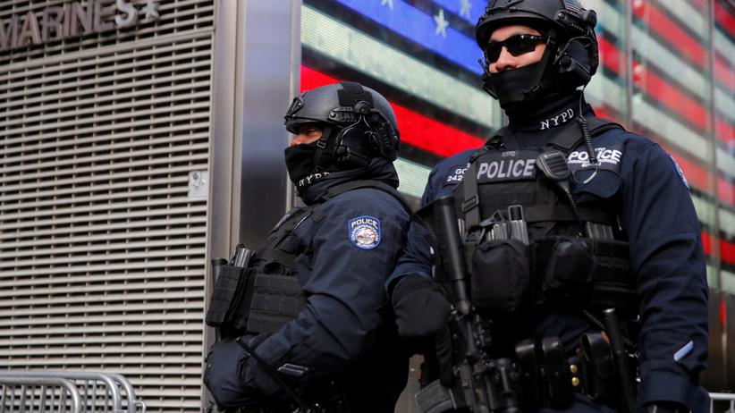 USA: Zwei Polizisten der New Yorker Polizei an Silvester am Times Square in New York, USA