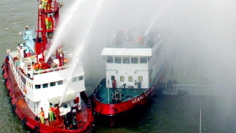 Chinesische Feuerwehrschiffe bei einer Übung (Archivbild)