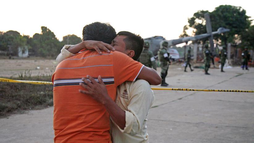 Mexiko: Bewohner einer Kleinstadt in Oaxaca trauern um 13 Menschen, die getötet wurden, als der Innenminister mit seinem Helikopter über ihnen abstürzte.